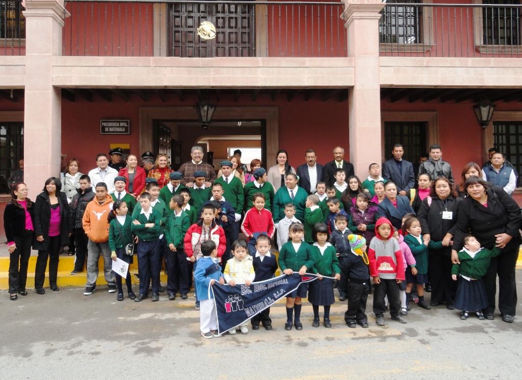 Alumnos del CAM participaron en los honores a la Bandera