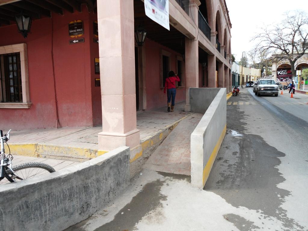 Piden no obstruir accesos para personas con discapacidad